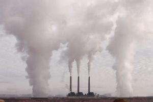 Pamiętajmy, że agregat prądotwórczy emituje spaliny i tlenek węgla. Uruchamianie go w zamkniętym pomieszczeniu nie jest bezpieczne