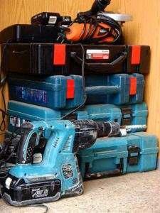 Nie podłączajmy do agregatu wszystkich urządzeń na raz, lecz pojedynczo, zaczynając od tych zużywających najwięcej mocy