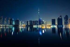 Firma Cummins prowadzi swoją działalność głównie w Dubaju, pomimo tego, że pochodzi z Wielkiej Brytaniii, podczas gdy firma Action, lider w ilości produkowanych agregatów, ma tam swoją siedzibę.