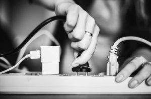 Zanim podłączymy nasze urządzenie do źródła zasilania warto się zastanowić jaka jest jakość dostarczanej energii, bo może ona wpłynąć na jego żywotność